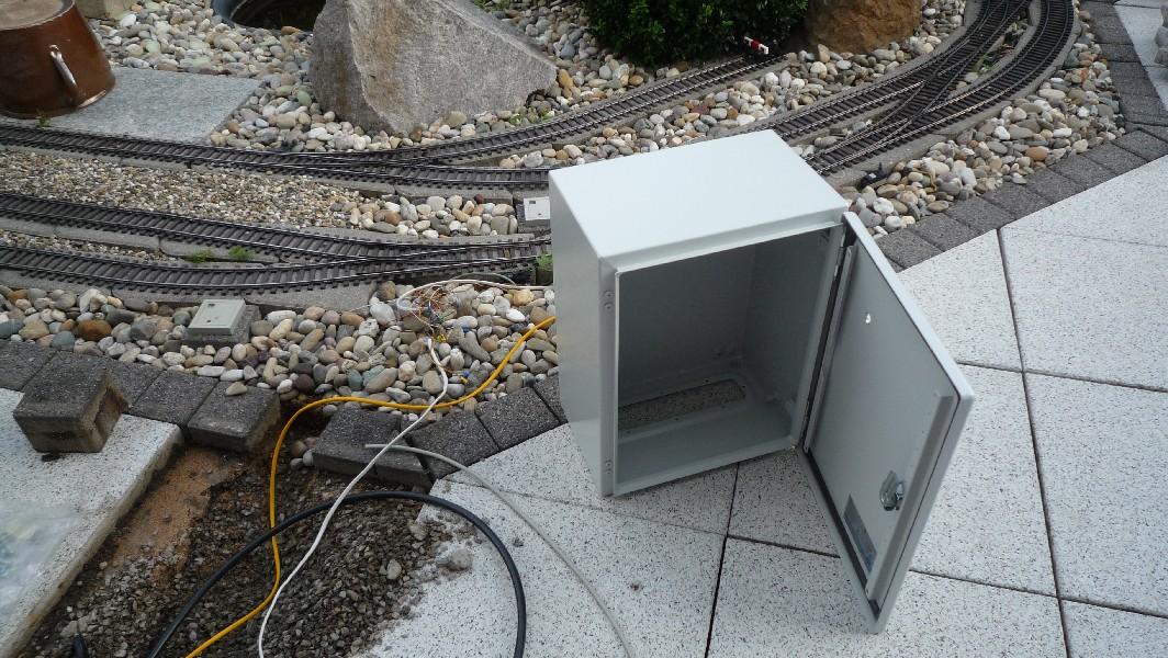 1 re ein schaltschrank f r die gartenbahn elektrik - Kabel durch wand bohren ...