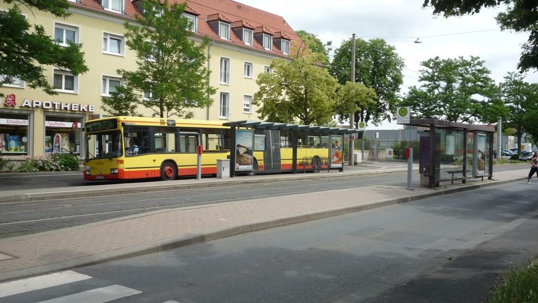 am busbahnhof fahren die gelenkbusse vom bussteig a ab. Black Bedroom Furniture Sets. Home Design Ideas